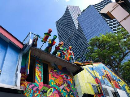 When going through the streets of Little India in Singapore, I'm both bewildered and amazed by the colorful buildings of cafes and restaurants surrounded by amazing skyscrapers infused with nature.